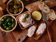 Тарама хайвер разядка / предястие с хайвер, сух стар хляб, лук и маслини